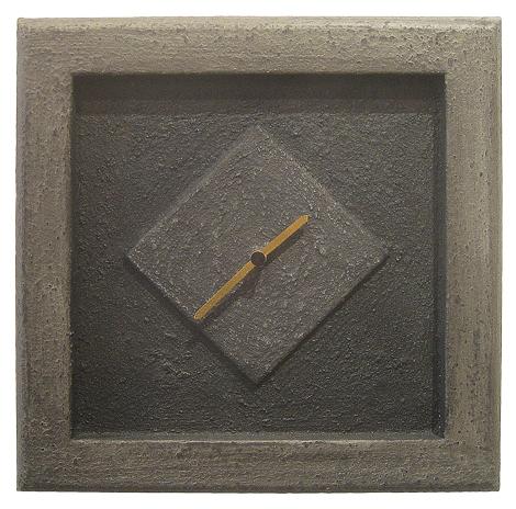 Steinrahmen mit Uhr