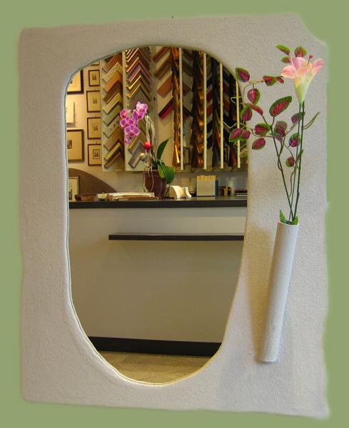Spiegelrahmen mit Vase in Steinpatina