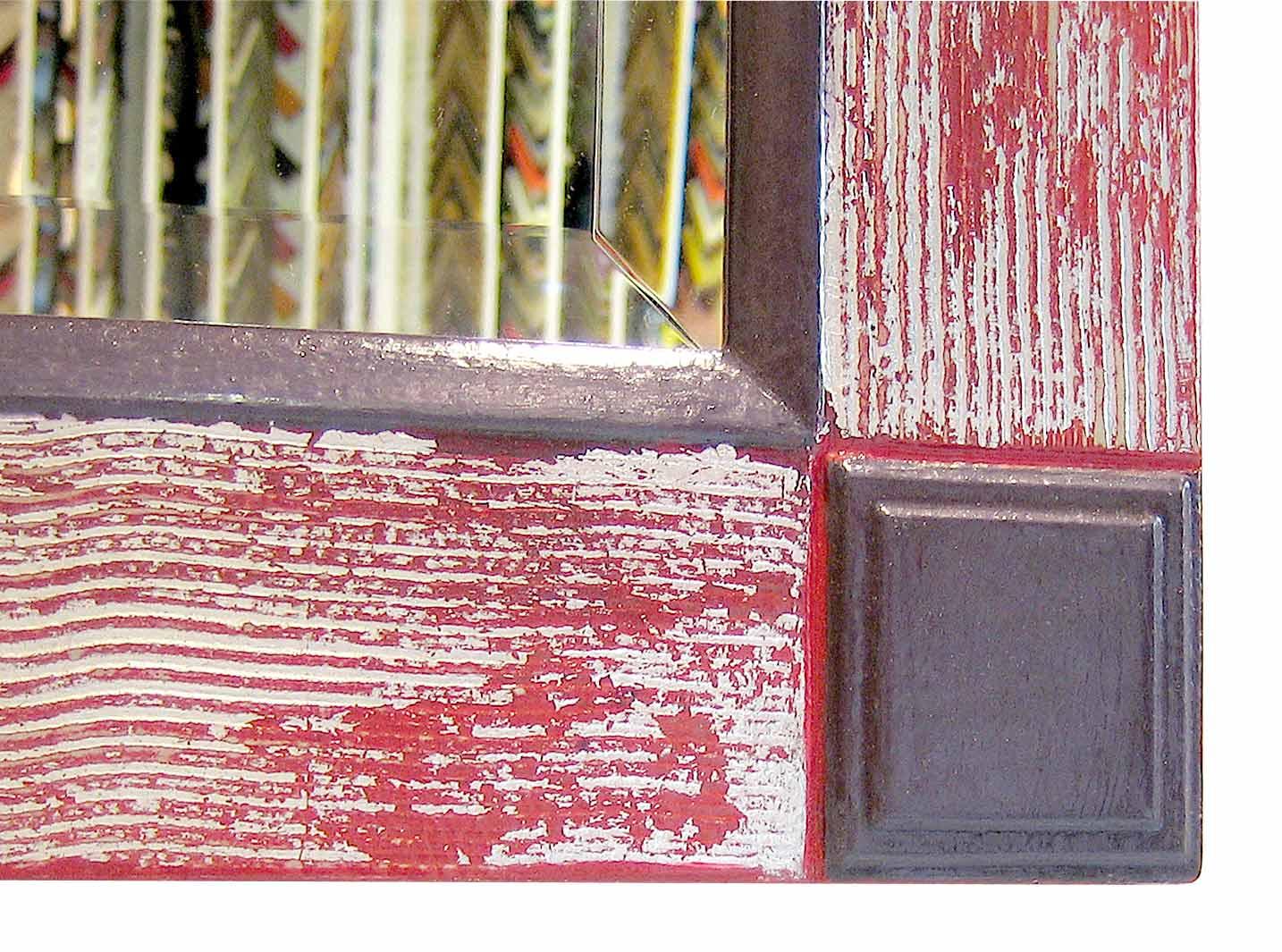 Spiegel 70 - Rahmen Wave - Belegt mit Schlagmetall auf Untergrund Rot - Ausschnitt mit Eckverzierung