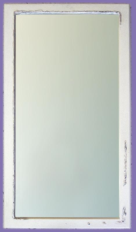 Weißer Spiegelrahmen mit Silberkante