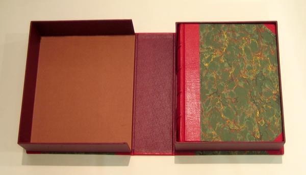 Lederbuch mit Plakette und Kassette