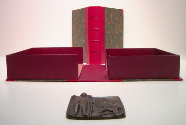 Kassette aus Leder mit Plakette