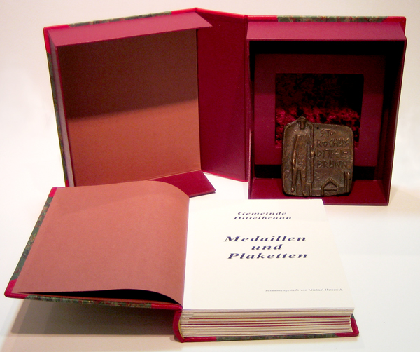 Buchgestaltung - Kassette mit Lederbuch
