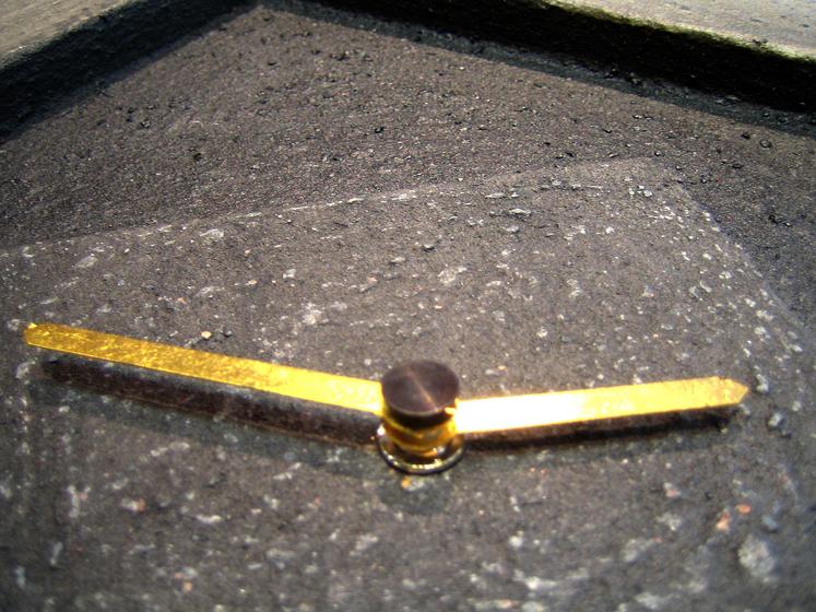 Steinzeit - Ausschnitt - Uhrzeiger in Echtgold