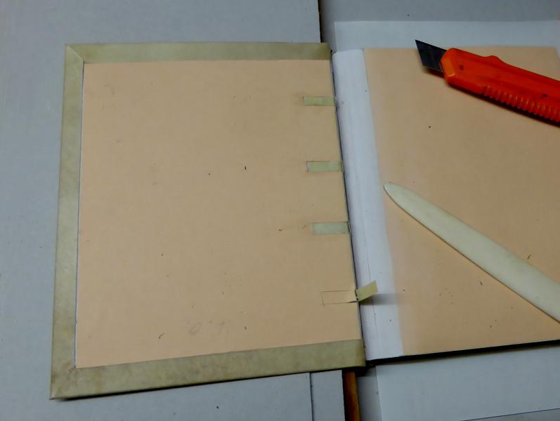 Pergamentband - Heftstreifen amkleben